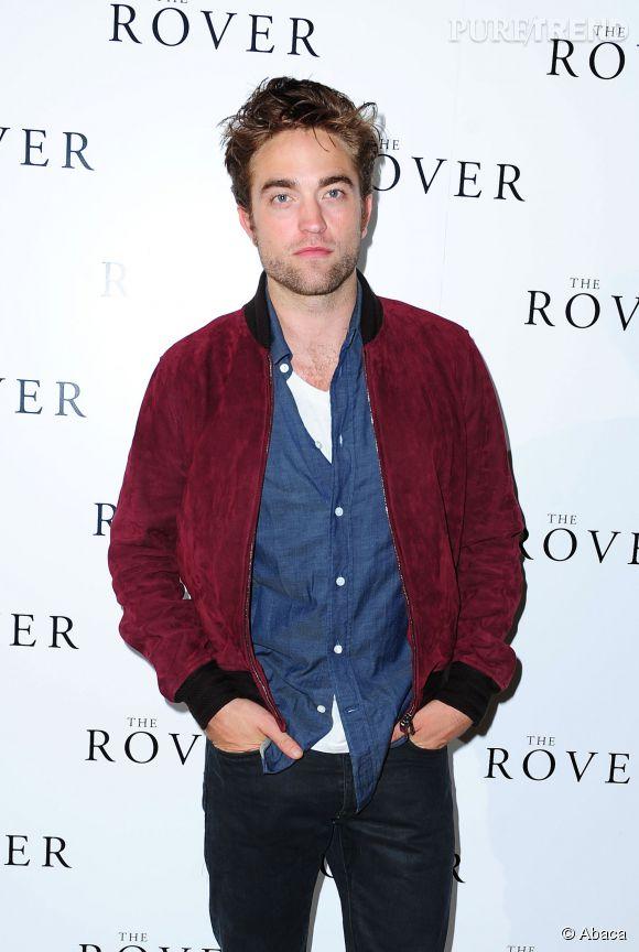 Enfin, la barbe de Robert Pattinson.