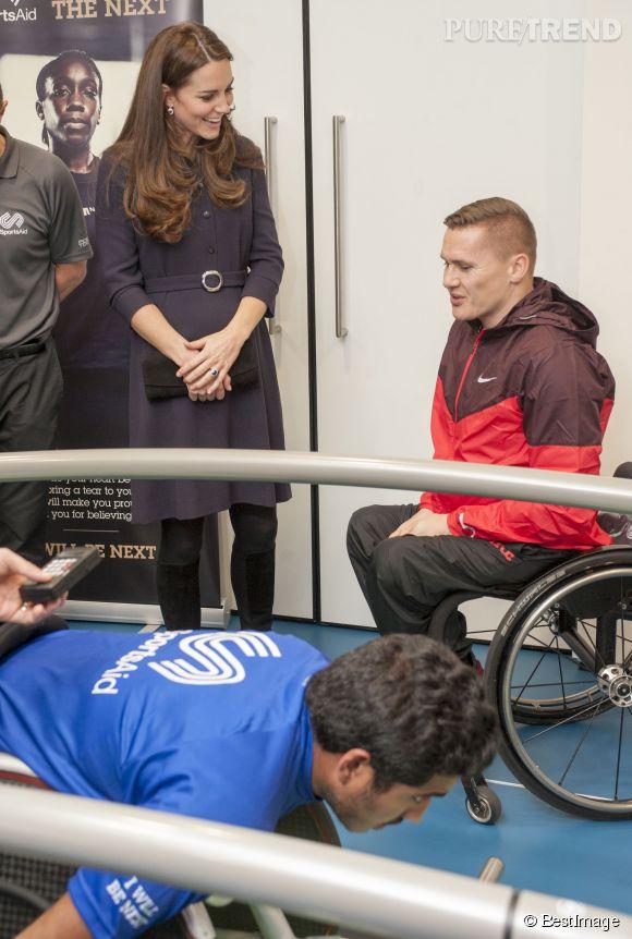 Kate Middleton lors d'un atelier avec les sportifs de l'association Sports Aid Athlete à Londres le 12 novembre 2014.