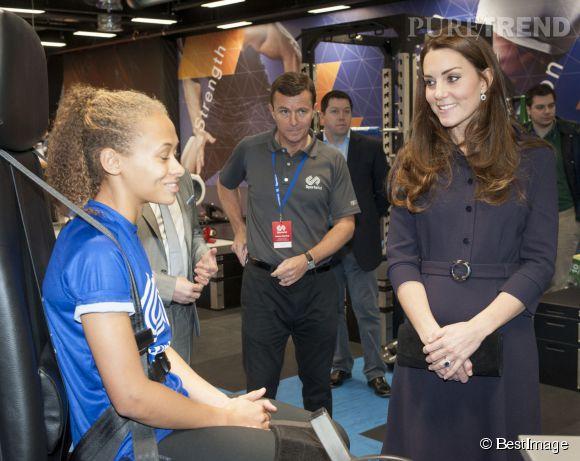 La duchesse garde sa main sur son ventre arrondi.