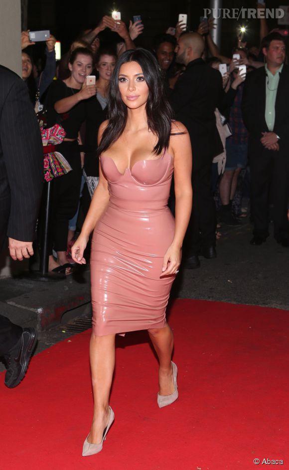 Kim Kardashian débarque à Melbourne dans sa robe la plus subtile.