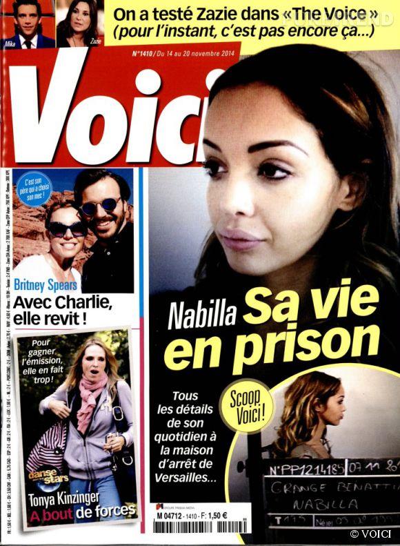 Nabilla, son mugshot en une du magazine  Voici  du 14 au 20 novembre 2014. Une photo peu flatteuse.