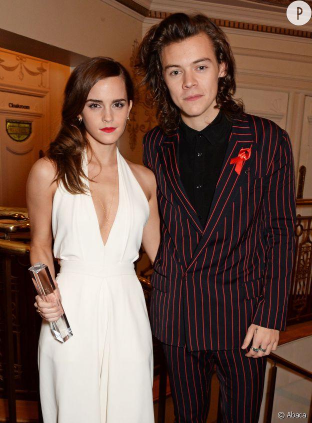 """British Fashion Awards 2014 : c'est Harry Styles qui avait reçu le """"British Style Award"""" en 2013 qui a remis son prix à Emma Watson."""