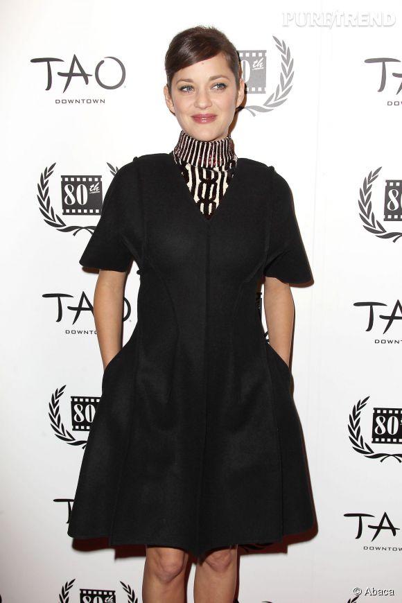 Marion Cotillard arbore un total look noir ultra chic.