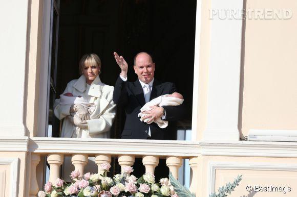 Charlène et Albert de Monaco ont présenté le prince Jacques et la princesse Gabriella sur le balcon du palais princier ce mercredi janvier 2014.