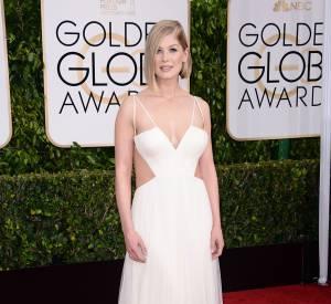 Golden Globes 2015 : Un mois seulement après son accouchement, Rosamund Pike ose la robe graphique.