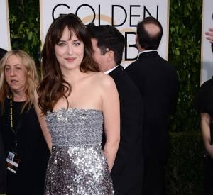 """Golden Globes 2015 : La star de """"Fifty Shades of Grey"""", Dakota Johnson, a misé sur les paillettes dans une robe Chanel Couture, sandales """"Minny"""" de Jimmy Choo aux pieds."""