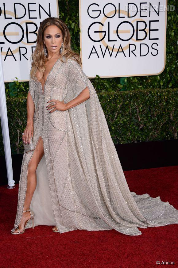 Golden Globes 2015 : Jennifer Lopez, une vraie diva dans sa robe très décolletée Zuhair Murad, sandales et pochette de la maison Jimmy Choo.