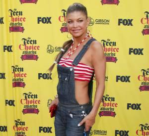 En 2005 : Fergie revisite la salopette en la portant avec un haut de maillot de bain.