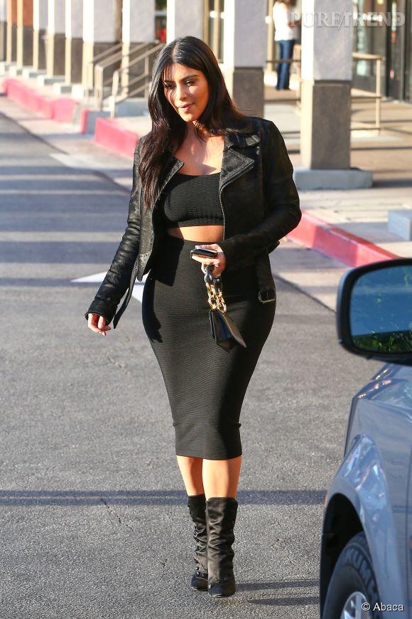 Kim Kardashian est ultra moulée dans sa jupe. Mais ne serait-elle pas un peu plus large que d'habitude ?