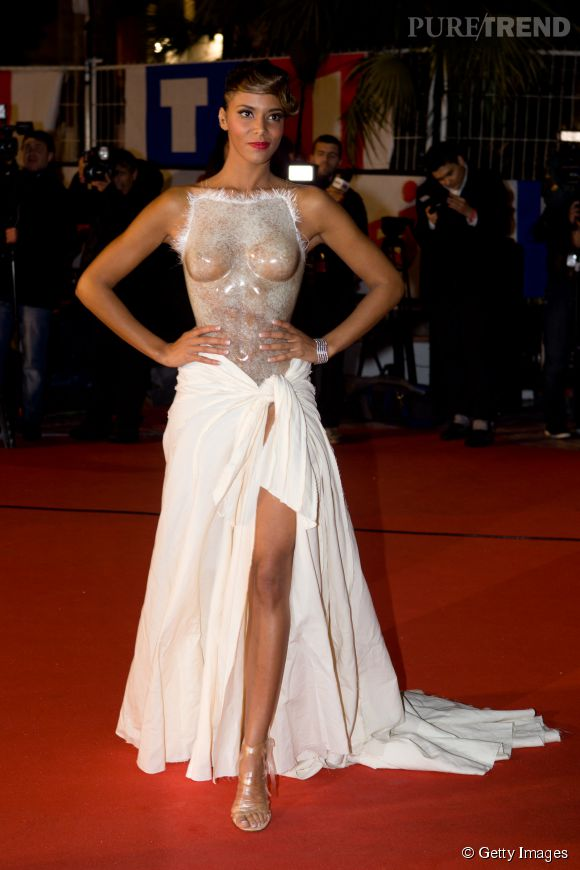 Shy'm tente de se défendre pour faire sa propre apparition sulfureuse. Coup réussi aux NRJ Music Awards 2012 avec cette robe, dont le buste ne cache rien.