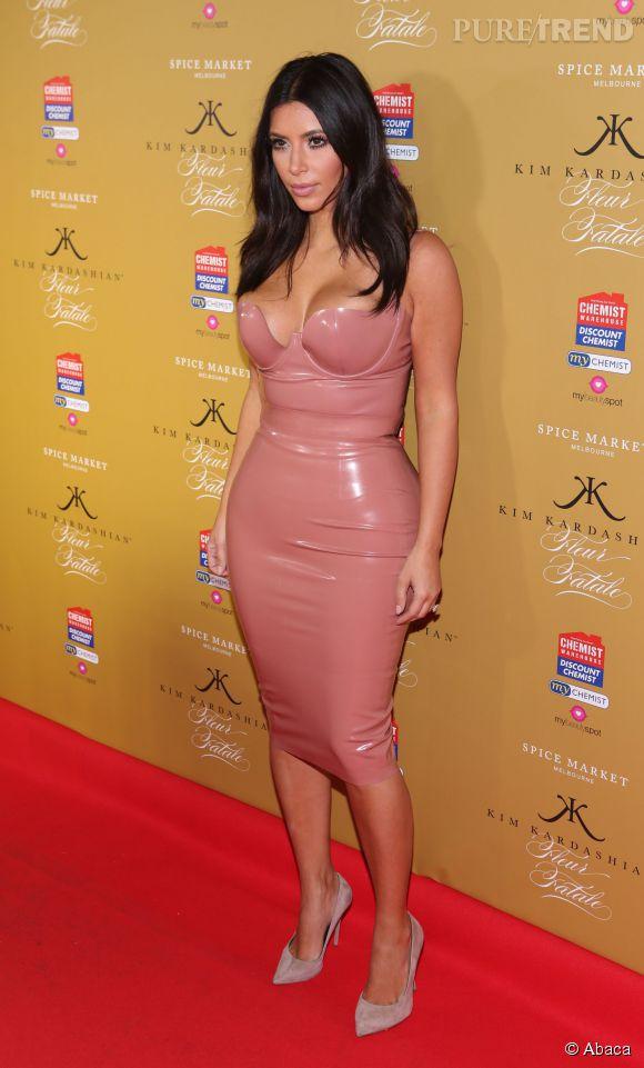 Kim Kardashian, barbie SM à la robe en plastique façon seconde peau. On se demande bien comment elle a réussi l'exploit de l'enfiler !