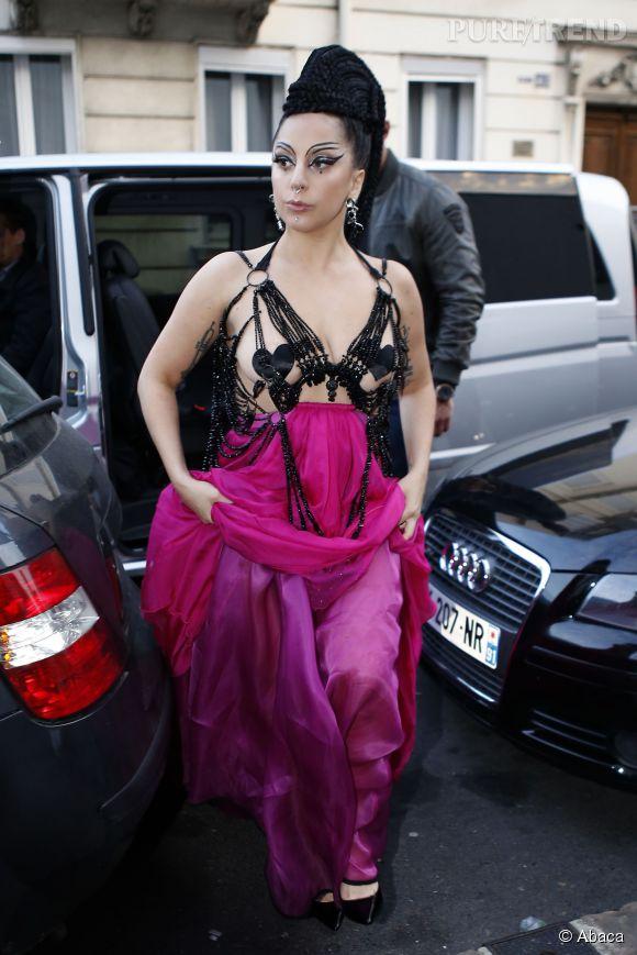 Lady Gaga triche, elle n'est pas sur tapis rouge et pourtant elle se dénude à tout va. Il faut dire que pour la chanteuse, la vie est un éternel tapis rouge.