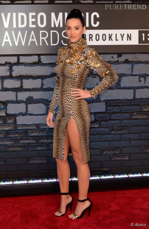 Katy Perry, la reine de la pop oscille toujours entre tenues farfelues et tenues ultra sexy, la preuve aux MTV VMAs 2013 avec cette robe léopard au fendu de folie.