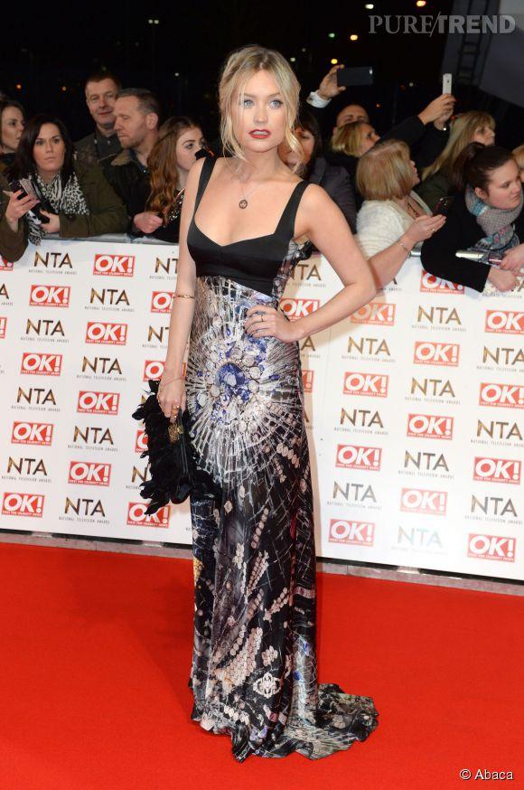 Laura Whitmore fait sensation à la soirée des National Television Awards le 21 janvier 2015 à Londres en robe Giles Deacon.