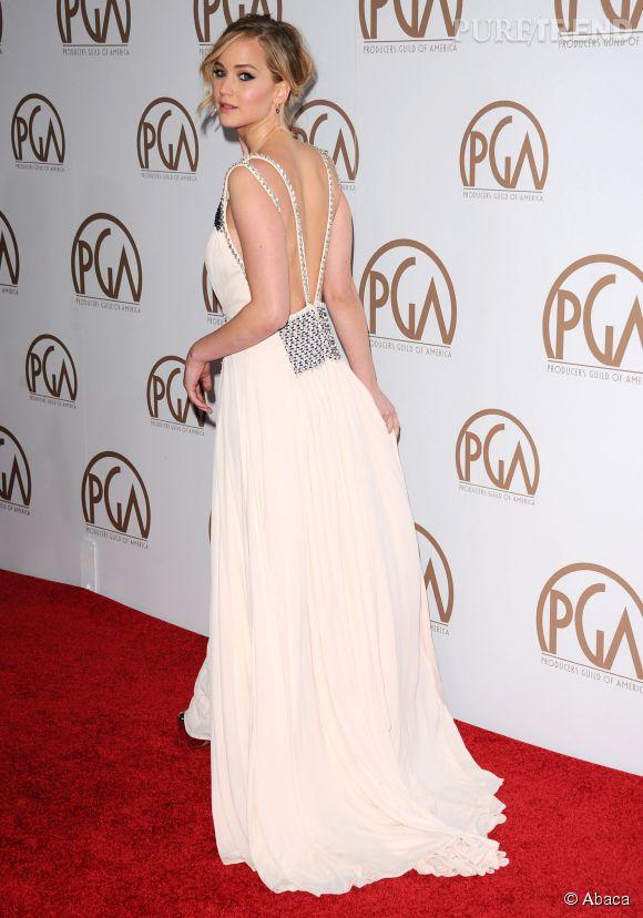 Habituellement habillée en Christian Dior pour les soirées de remises de prix, Jennifer Lawrence a fait une infidélité à la maison de mode française et a opté pour une tenue signée Prada.