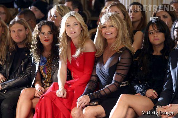 Kate Hudson et Goldie Hawn front row au défilé Atelier Versace Printemps-Été 2015 à Paris.