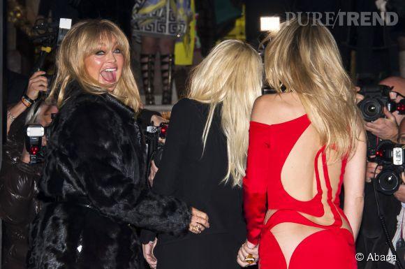 Goldie Hawn, Donatella Versace et Kate Hudson font une arrivée très remarquée au défilé Atelier Versace Printemps-Été 2015.