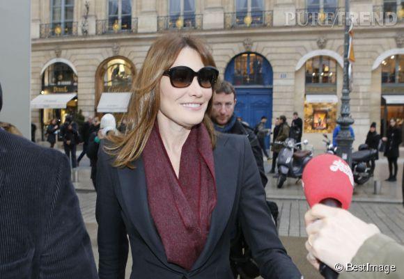 L'ancien top model Carla Bruni a pris la pose avec plaisir à son arrivée au show couture de Schiaparelli.