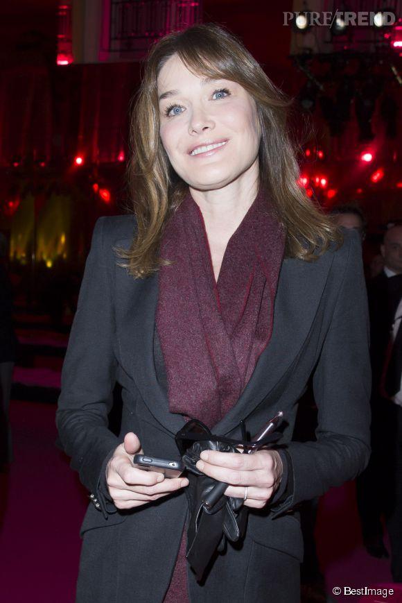 Carla Bruni était très souriante à son arrivée en front row de cette nouvelle semaine de la couture parisienne.