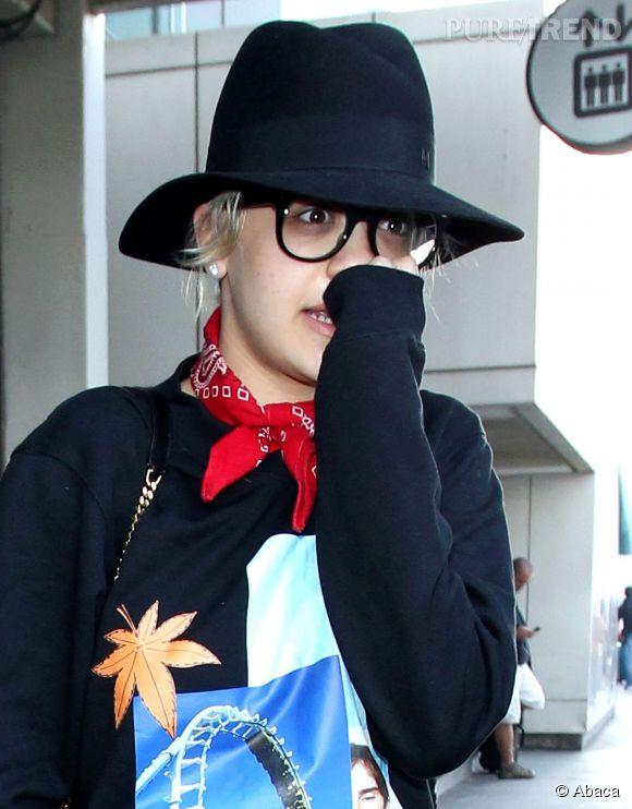 Rita Ora à la sortie de l'aéroport à Los Angeles, déguisée ?