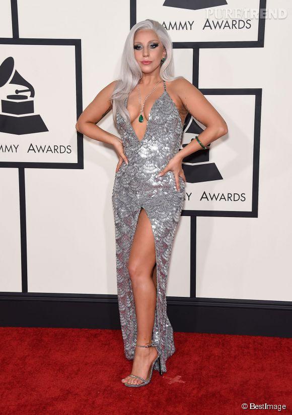Lady Gaga toute argentée et ultra décolletée en Brandon Maxwell lors des Grammy Awards 2015.
