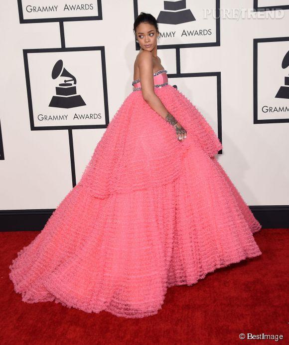 Rihanna a complètement craqué. C'est rose, volumineux, brillant... Riri est si belle qu'elle peut tout se permettre mais là, elle y va fort.