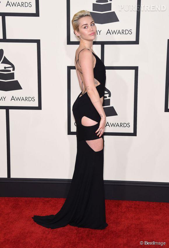Miley Cyrus opte pour les découpes, encore et toujours, dans une robe signée Alexandre Vauthier Couture.