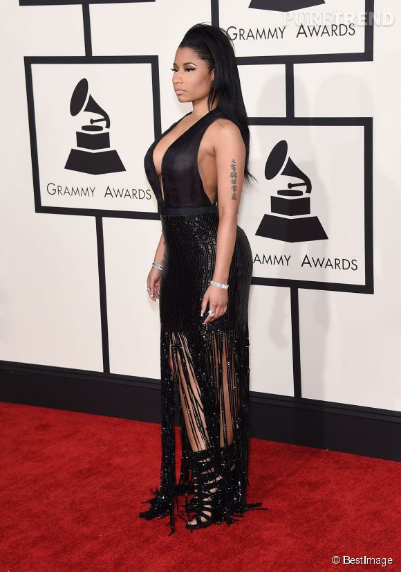 Niki Minaj en noir... On s'ennuirait presque si le décolleté n'était pas vertigineux ! Cette robe glitter à frange est une création Tom Ford.