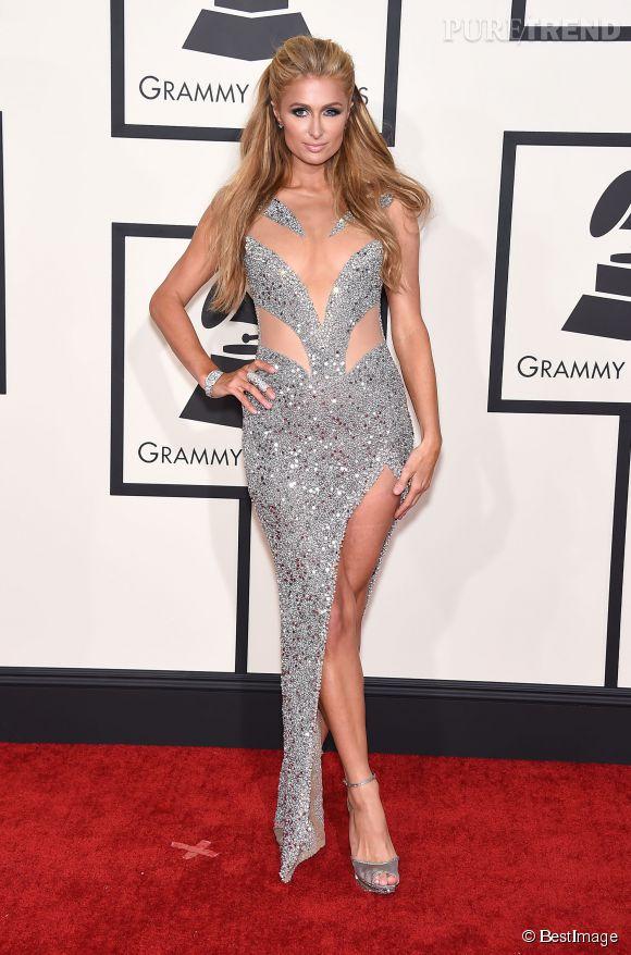 On ne sait pas trop pourquoi Paris Hilton était là, mais elle en a profité pour jouer les vamps sexy en robe glitter et ajourée.