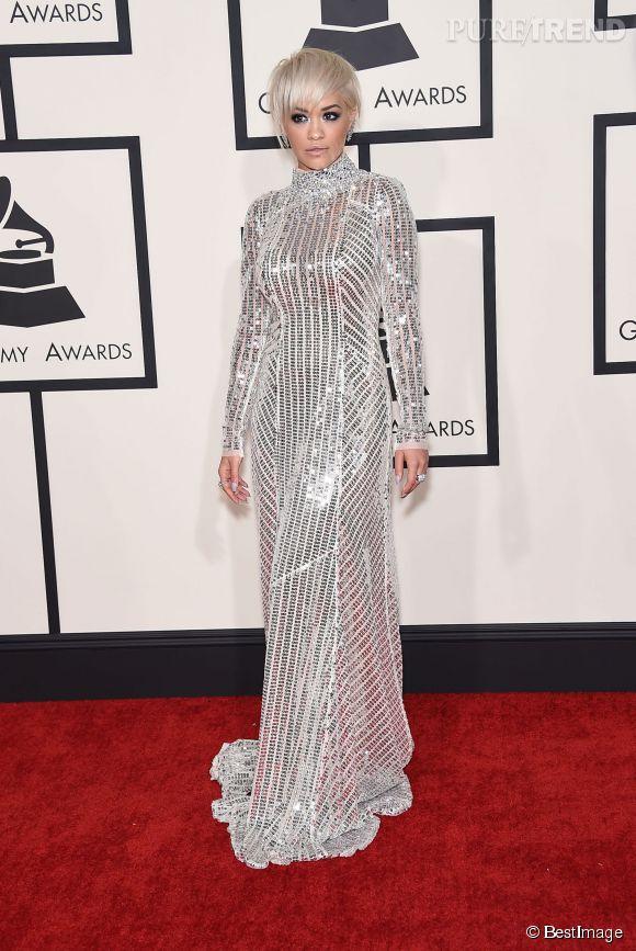 Rita Ora opte pour de l'argenté, du très brillant avec une robe Prada... Pas forcément un choix très judicieux quand on a les cheveux blond polaire. Cela manque de relief.