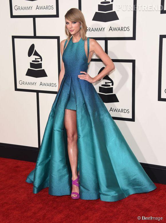 Taylor Sift en robe de fée bleue signée Elie Saab, dégradée, mouchetée, une vraie œuvre d'art. Bémol pour les souliers violets qui viennent alourdir l'ensemble.