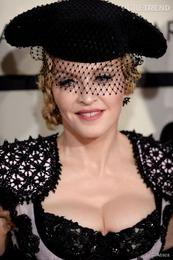 Le décolleté laisse à désirer, mais la coiffure tressée et le béret de torero alliés à la voilette, sur Madonna, ça marche !