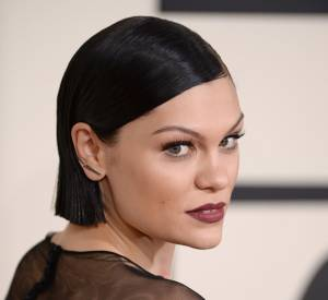 Avec son carré très droit et plaqué, Jessie J met en valeur son teint de porcelaine et ses yeux verts.