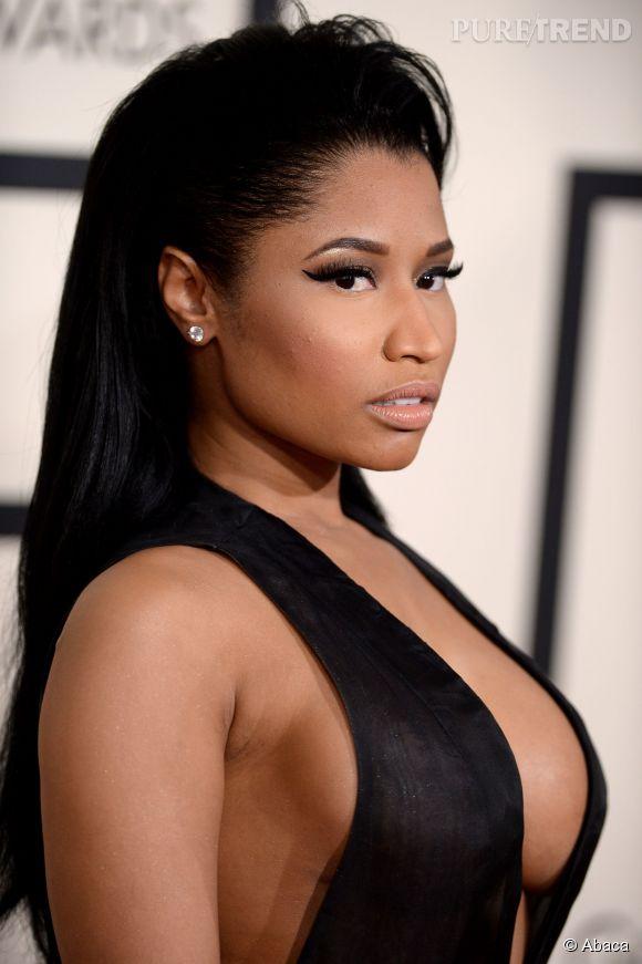 On voit tellement ses seins qu'on en oublie sa coiffure, mais ce n'est pas une raison pour ne pas épingler Nicki Minaj. On préfère presque ses perruques multicolores...