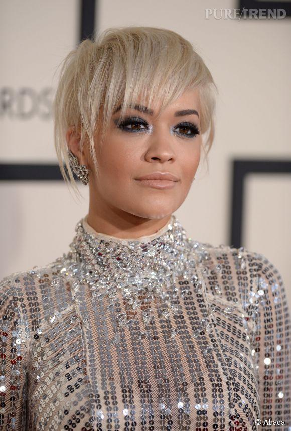 Pauvre Rita Ora. Avec ces mèches toutes fines qui lui retombent sur le visage, la chanteuse ressemble à un oisillon tombé du nid.