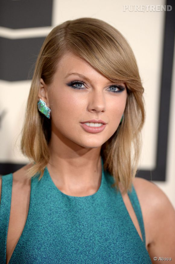 Taylor Swift se trompe rarement en matière de coiffures. La chanteuse mise sur des valeurs sûres, comme le carré long légèrement ondulé structuré par une mèche qui recouvre en partie le front.