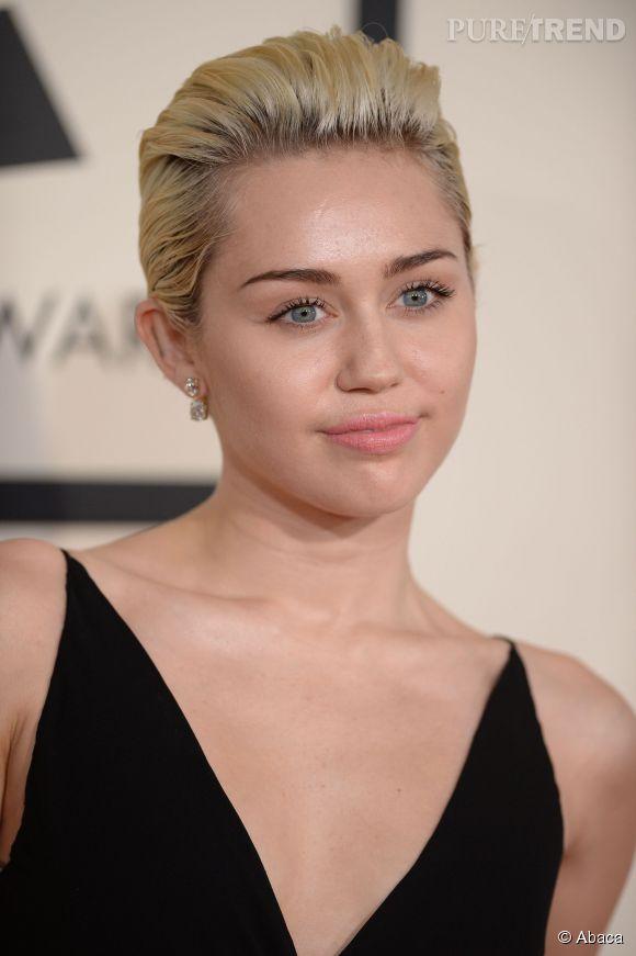 Non, non et re-non. Miley Cyrus a peut-être réussi son make up, mais la coiffure est ratée : blond sale, racines apparentes, coupe approximative... Rien ne met son visage en valeur.