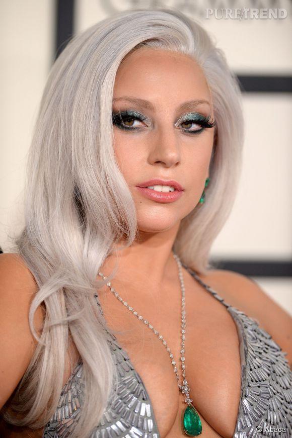 Si Lady Gaga avait opté pour une tenue sobre, les cheveux blancs auraient peut-être fait leur effet, mais le décolleté associé aux bijoux assortis au fard à paupière... Trop cabaret.