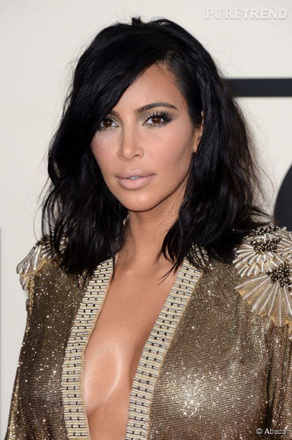Trop maquillée, trop décolleté... Mais le carré long et flou de Kim Kardashian est pile-poil dans la tendance.