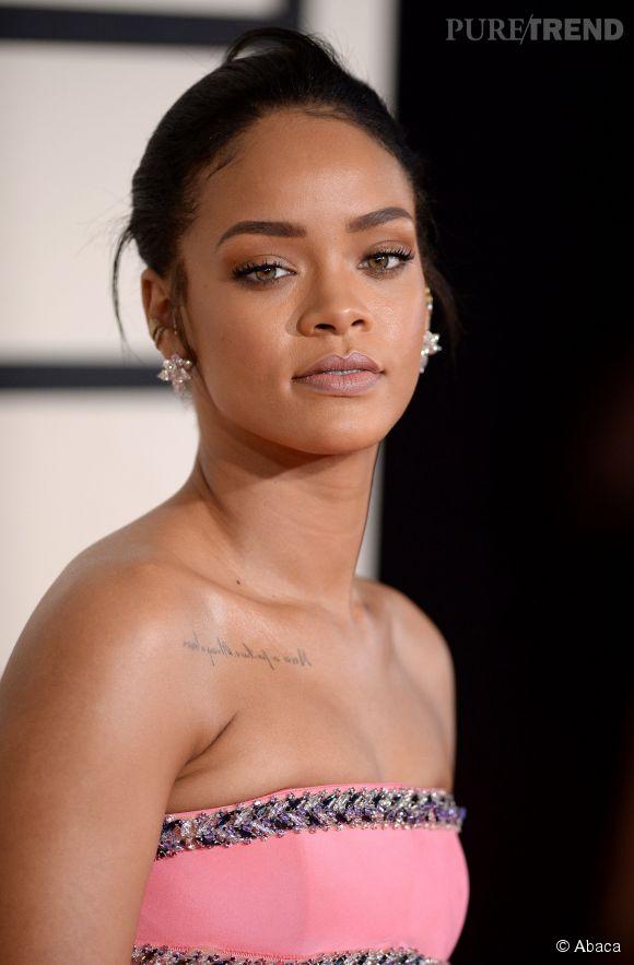 Rihanna a tellement misé sur sa robe spectaculaire qu'elle en a oublié de réaliser une coiffure correcte. D'où les drôles de mèches qui s'échappent du chignon.
