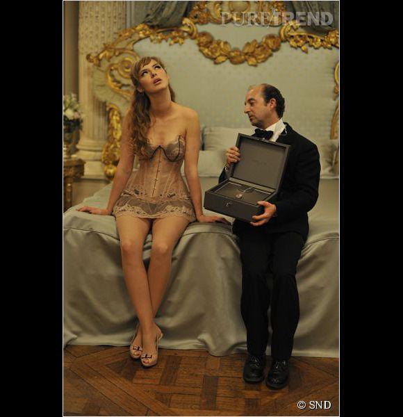 """Sexy ! Louise Bourgoin devient une femme convoitée et très attirante, surtout en lingerie fine, pour les besoins du film """"Duo d'escrocs""""."""