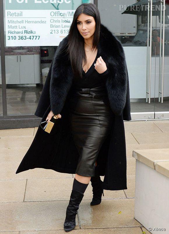 Kim Kardashian en total look cuir et fourrure pour le Super Bowl.