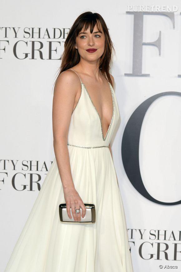 """Dakota Johnson a confié avoir eu une doublure fesse pour l'une des scènes du film """"50 Nuances de Grey"""". Elle sort tout de même le grand jeu en Saint Laurent pour assurer la promotion du film qui se veut le plus érotique de l'année."""