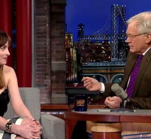 """Dakota Johnson sur le plateau de l'émission """"The Late Show"""" ce mardi 17 février 2015."""