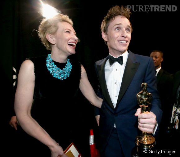 Oscars 2015 : Eddie Redmayne très ému alors que Cate Blanchett lui remet le prix de Meilleur Acteur pour son rôle dans le biopic de Stephen Hawking.