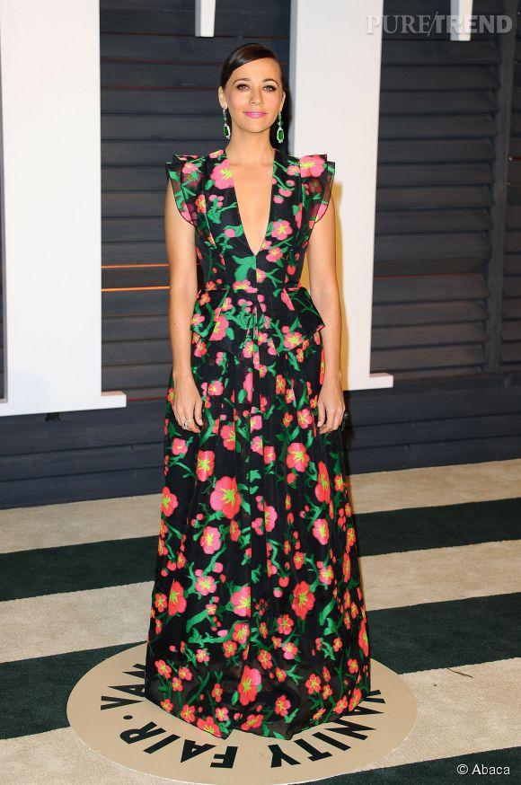 Rashida Jones porte une robe Andrew Gn gown des bijoux Lorraine Schwartz et une pochette Salvatore Ferragamo lors de la soirée post Oscars organisée par  Vanity Fair  le 22 février 2015 à Los Angeles.