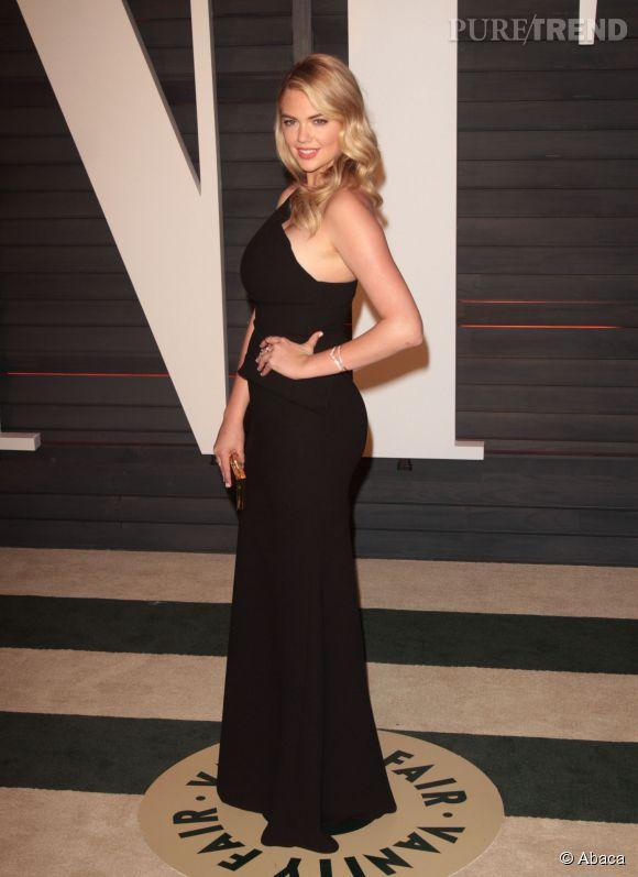 Kate Upton en Roland Mouret et pochette Salvatore Ferragamo lors de la soirée post Oscars organisée par  Vanity Fair  le 22 février 2015 à Los Angeles.