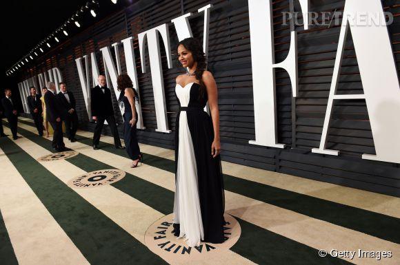 Zoe Saldana en Prabal Gurung, chaussures Oscar Tiye, pochette Ferragamo et bijoux Neil Lane lors de la soirée post Oscars organisée par  Vanity Fair  le 22 février 2015 à Los Angeles.