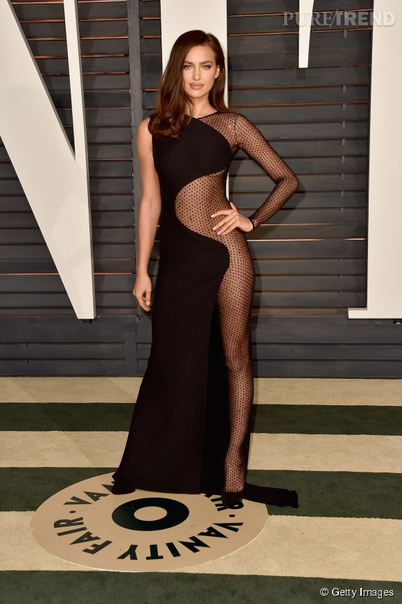 Irina Shayk en Atelier Versace lors de la soirée post Oscars organisée par  Vanity Fair  le 22 février 2015 à Los Angeles.
