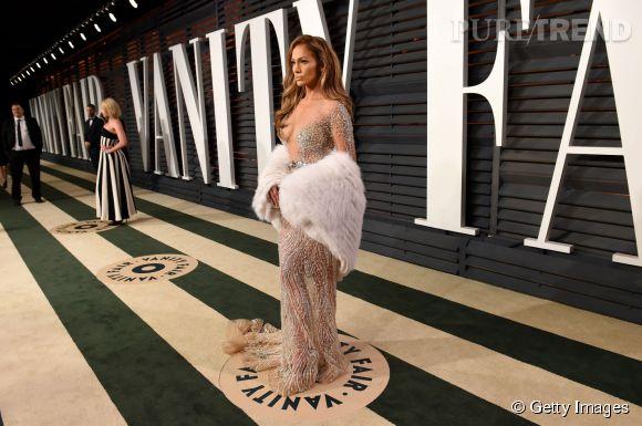 Jennifer Lopez en Zuhair Murad Couture, chaussures Jimmy Choo, fourrure Helen Yarmak et bijoux Neil Lane lors de la soirée post Oscars organisée par  Vanity Fair  le 22 février 2015 à Los Angeles.